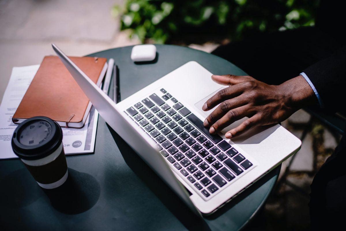 Człowiek pracujący z laptopem